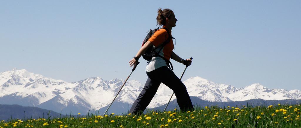 zdję cie osoby uprawiającej nordic walking
