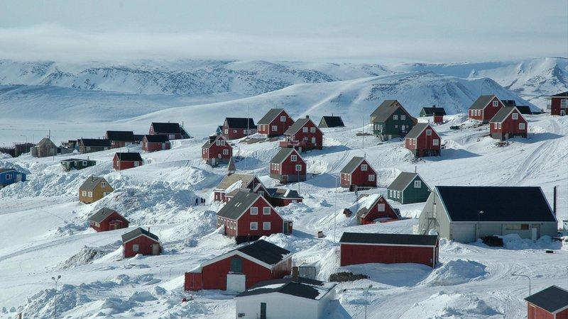 zdjecie- ośnieżone domki w górach
